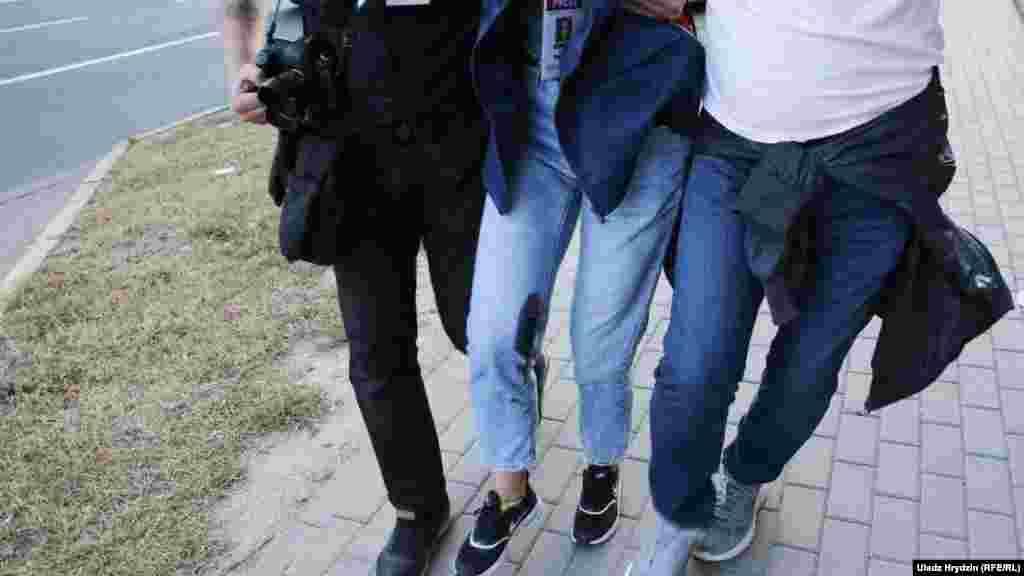 """Раненная выстрелом силовика журналистка """"Нашей Нивы"""" Наталья Лубневская, 10 августа, Минск. Преследование журналистов независимых медиа усилилось с августа, в отношении многих из них завели уголовные дела. """"Репортеры без границ"""" назвали Беларусь самой опасной страной в Европе для журналистов."""