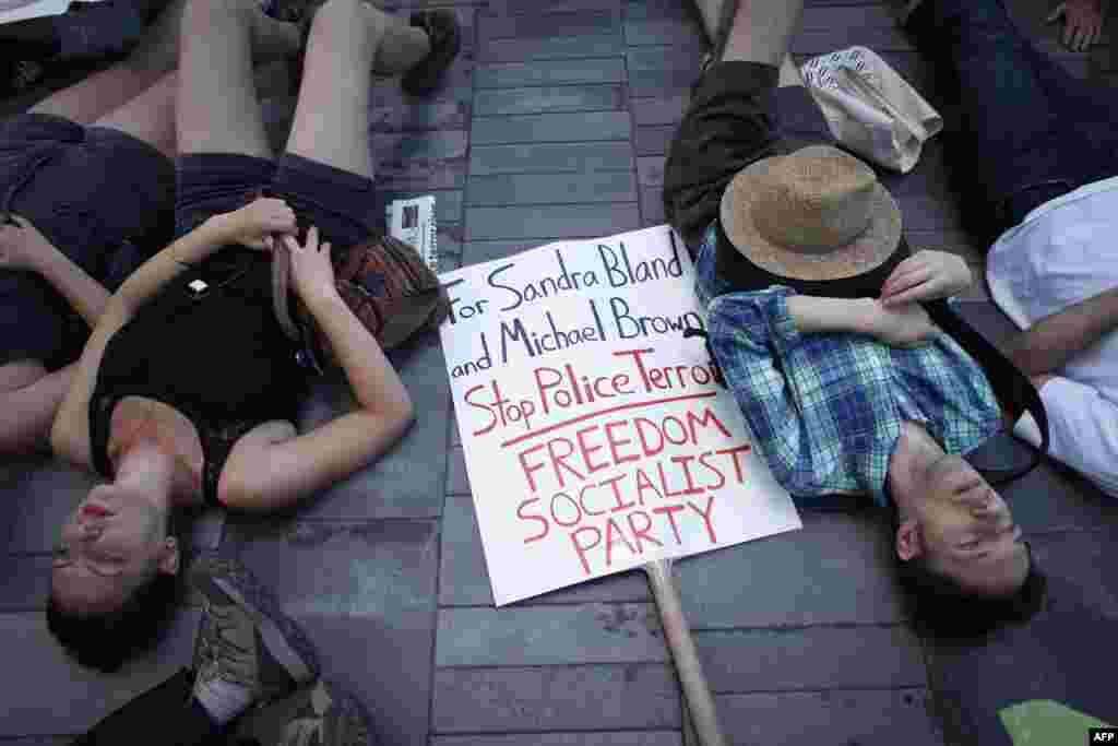 В Нью-Йорке протестанты устроили перформанс, в ходе которого они несколько минут лежали на земле с закрытыми глазами