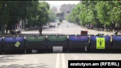 Баррикады из мусорных баков на проспекте Баграмяна в Ереване