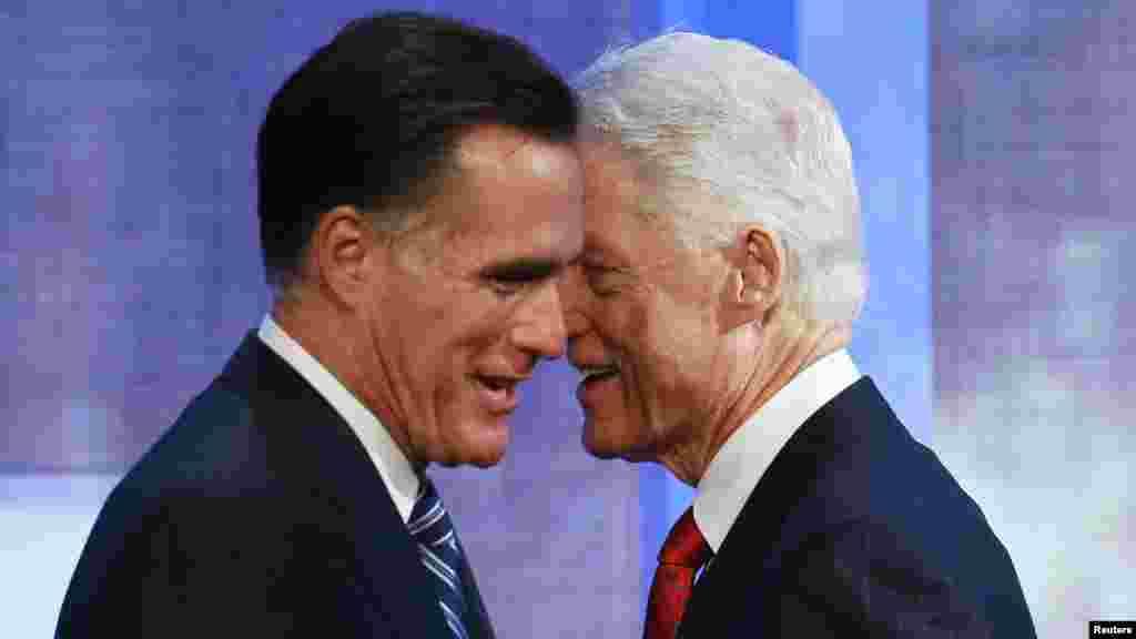 Бывший президент США Билл Клинтон приветствует кандидата в президенты - Митта Ромни