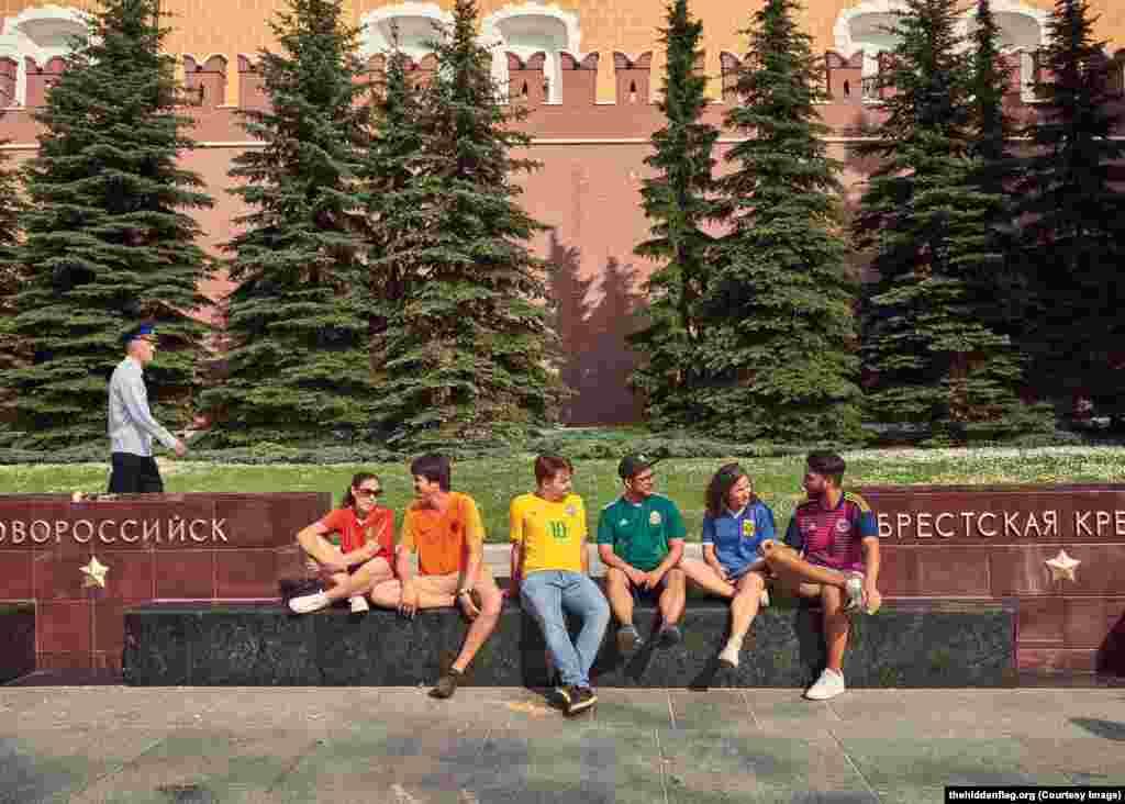 Молодые люди у памятника городам-героям у Могилы Неизвестного Солдата у стен Кремля