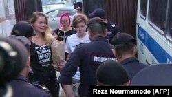 Участницы Pussy Riot Вероника Никульшина (слева) и Ольга Курачева (в центре) после 15 суток в московской тюрьме. 30 июля 2018 года