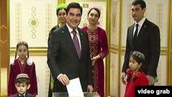 Президент Туркменистана с сыном Сердаром и другими членами семьи