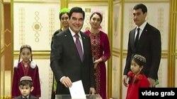 Президент Туркменистана Гурбангулы Бердымухаммедов с семьей голосует на президентских выборах 2017 года