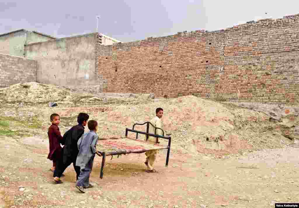 Согласно нововведениям конституции Афганистана, правительство обязано предоставить племени постоянное место жительства и начать программу по интеграции их в общество