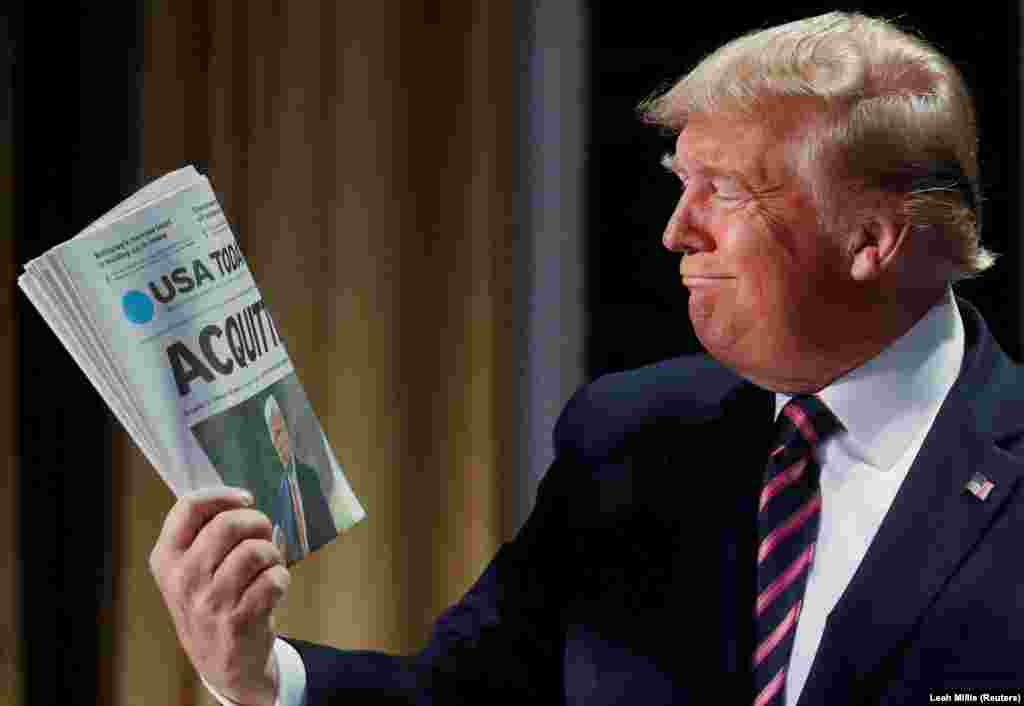 Президент США Дональд Трамп держит газету USA Today, в которой на первой полосе написано, что Сенат оправдал его по делу об импичменте, 6 февраля 2020 года