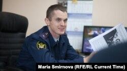 Иван Савельев с распечатанной публикацией о пытках в ИК-9