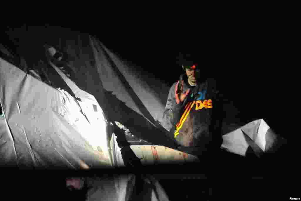 Джохар Царнаев под прицелом снайпера сдается властям 19 апреля 2013 года.