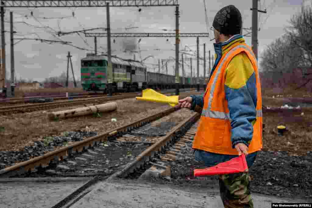 Работник на железнодорожном переезде