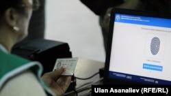 Жители Кыргызстана выбирают парламент