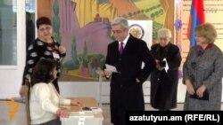 Президент Армении Серж Саргсян голосует на референдуме, Ереван, 6 декабря 2015 года