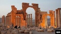 """Триумфальная арка в Пальмире – один из многих памятников, разрушенных боевиками """"ИГ"""" после захвата города"""