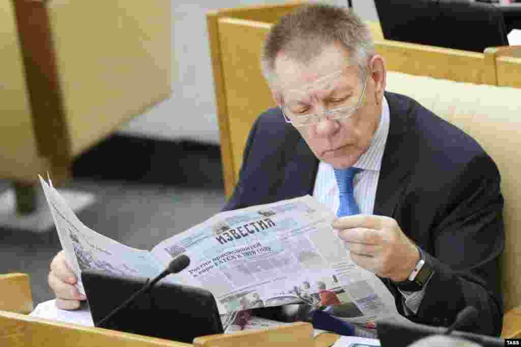 Николай Герасименко, председателяь комитета Госдумы по охране здоровья, предпочитает заниматься саморазвитием - читать газеты