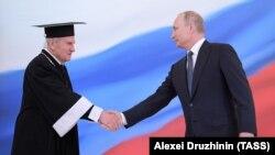 Председатель Конституционного суда Валерий Зорькин (слева) поздравляет с очередным вступлением в должность президента России Владимира Путина. 7 мая 2018 года. Фото: ТАСС