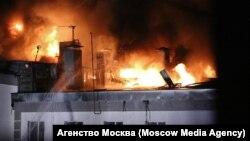 """Пожар в здании склада на улице Амурской на востоке Москвы. Фото: агентство """"Москва"""""""