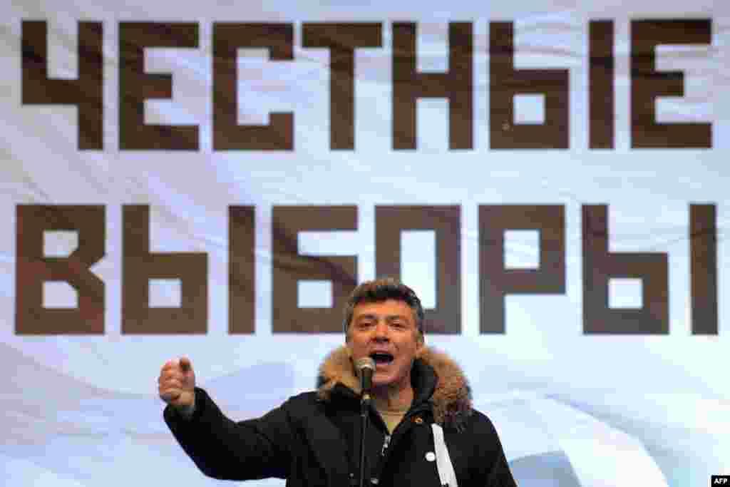 Борис Немцов выступает на демонстрации против парламентских выборов 4 декабря. Москва, 24 декабря 2011