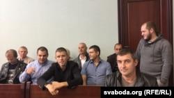 Денис Чашун (третий слева) и спасатели в суде