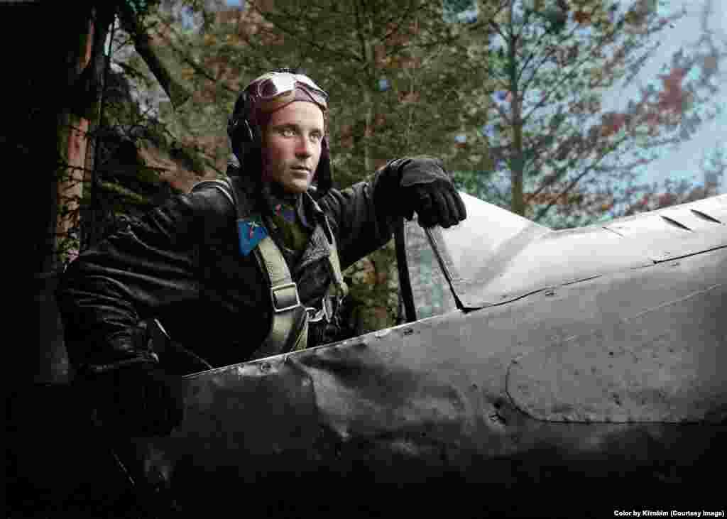 """Перед ретушированием художница тщательно исследует каждую фотографию и период, когда она была сделана. """"Когда я раскрашиваю униформу, я обязательно ищу информацию или спрашиваю экспертов. Так что я не могу выбирать любые цвета"""" На фото – советский летчик-истребитель Александр Пронин, 1942 год"""