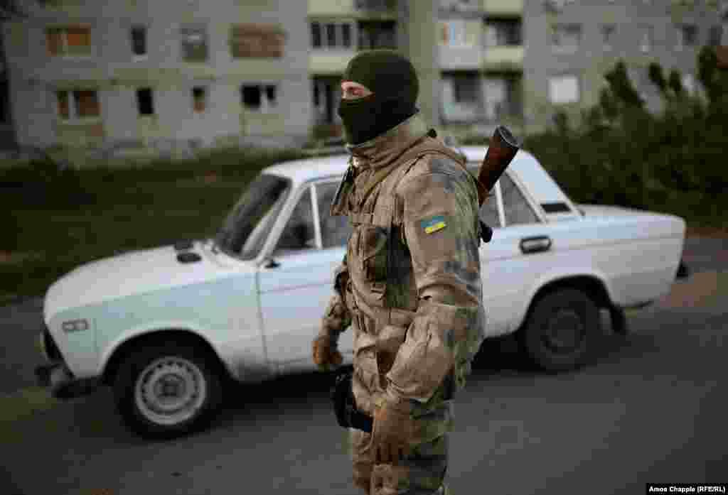 В 100 метрах от места, которое ван Хелтен выбрал для своего мурала, стоит украинский военный блокпост