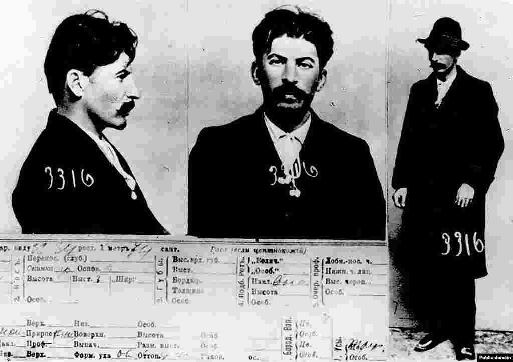 Фотографии из полицейского досье, сделанные в начале 1900-х годов. На них запечатлен человек, который позже станет известен как Иосиф Сталин. В годы, когда были сделаны снимки, группа революционеров совершила ограбление банка центре Тбилиси, убив около 40 человек