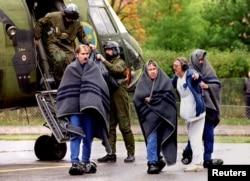 """Спасенные пассажиры """"Эстонии"""", 28 сентября 1994 года. Фото: Reuters"""