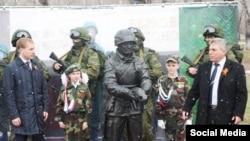 """Памятник """"Вежливому солдату"""" в Белогорске, Россия"""
