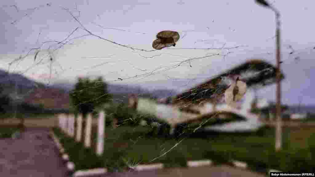 Из-за того что аэропорт находится в ущелье, пилотам приходится справляться с ветром разных направлений и скорости, с турбулентностью. 29 июня 1983 года из-за сложных условий здесь потерпел крушение самолет Як-40