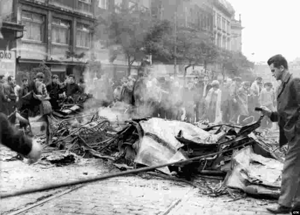 Наибольшее число жертв среди мирных жителей было в Праге в районе здания Чешского радио. Также свидетели сообщали о стрельбе советских солдат по толпе пражан наВацлавской площади: погибло и было ранено несколько человек