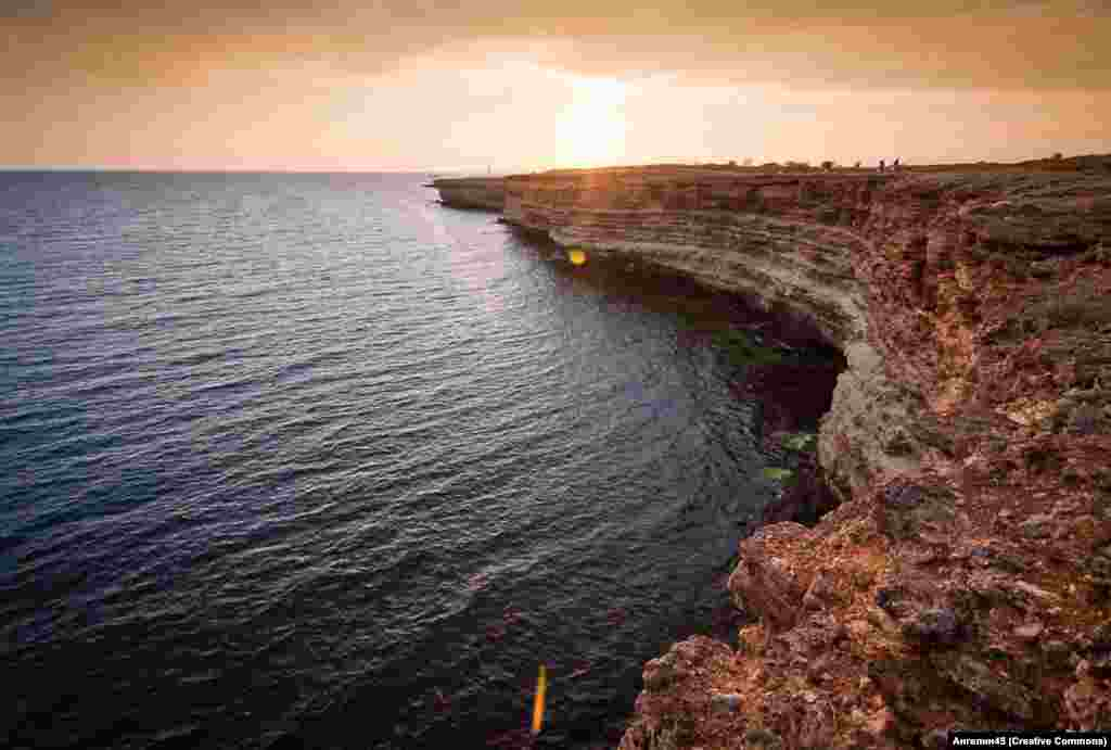 Сам мыс расположен в западной части Крыма. Он знаменит скалистыми пейзажами и чистейшей водой, которая привлекает ныряльщиков