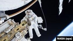 Астронавт Тимоти Копра в открытом космосе, 21 декабря 2015