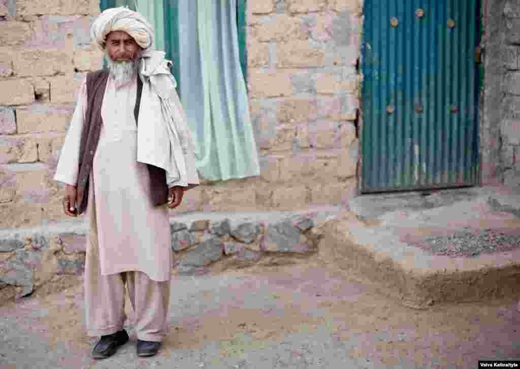 Многие из тех, кто вернулись, решили переехать в столицу Афганистана - Кабул, но, к сожалению, там им жить негде На фото - Хаджи Кханзада, житель Кабула, помагающий беженцам с едой и водой
