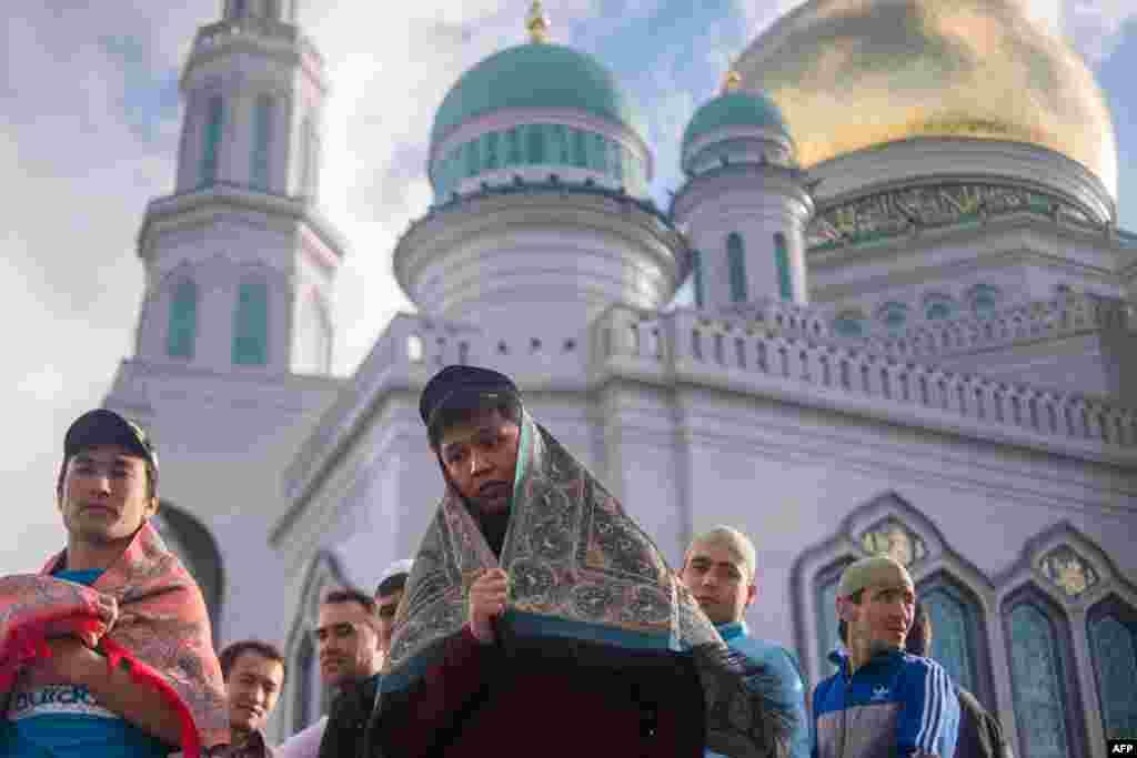 Традиционно в последний день Рамадана празднуется Ураза-байрам, единственный день за весь месяц, когда можно не поститься На фото – мусульмане во время молитвы на Уразу-байрам в Москве. 5 июля 2016