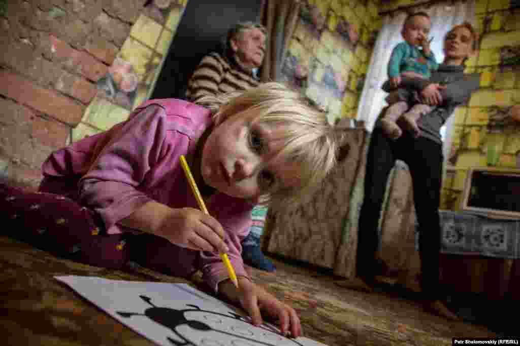 Семья девочки Маши живет в Петровском районе Донецка. Больше года эта семья прожила – вместе с другими людьми – в бомбоубежище