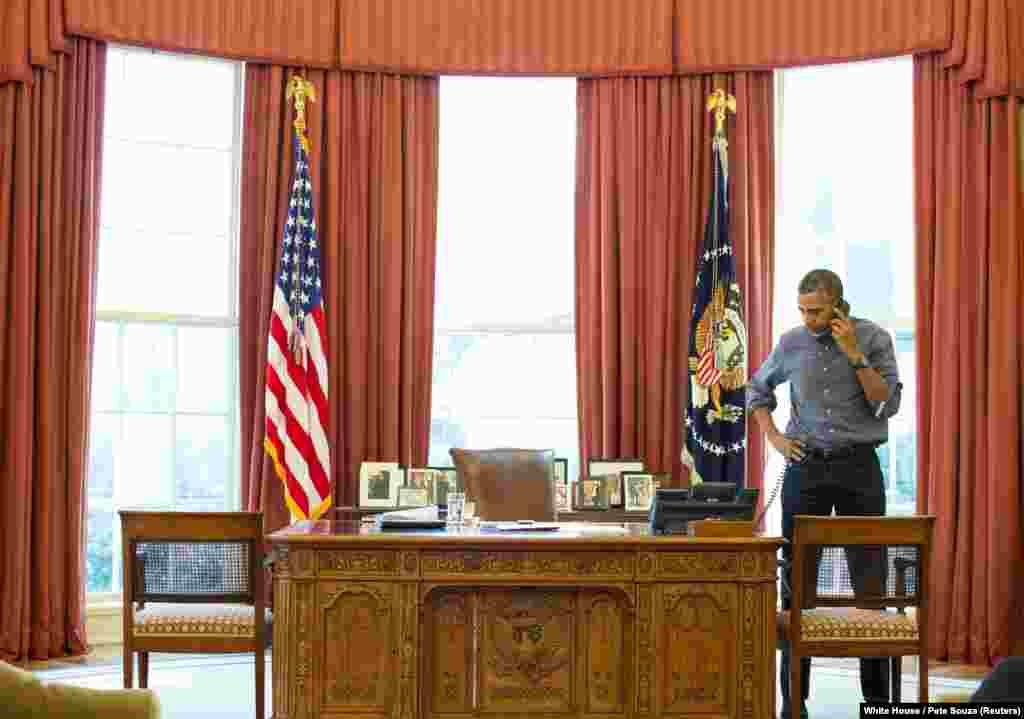 Обама беседует с президентом России Владимиром Путиным по телефону 1 марта 2014 года. Обострение кризиса в Украине вызвало рост напряженности в отношениях между Россией и США. Разговор не помог: 18 марта 2014 года Россия аннексировала Крымский полуостров.