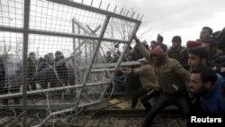 Толпы мигрантов на македоно-греческой границе