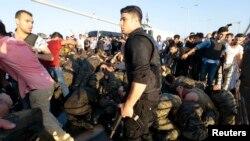 Сдавшиеся военные после неудавшейся попытки переворота