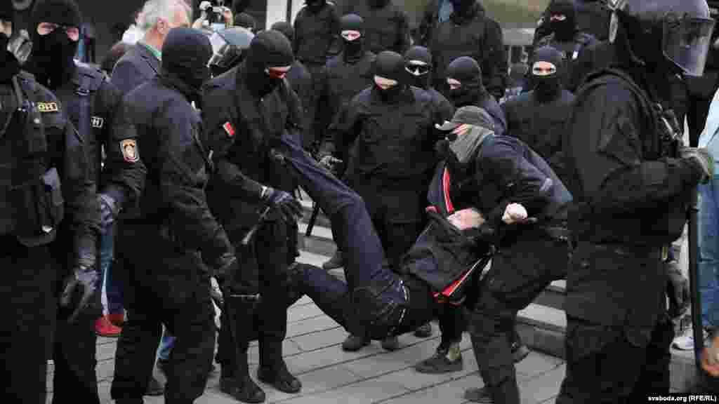 По информации МВД Беларуси, всего в стране на акциях 27 сентября было задержано около 200 человек