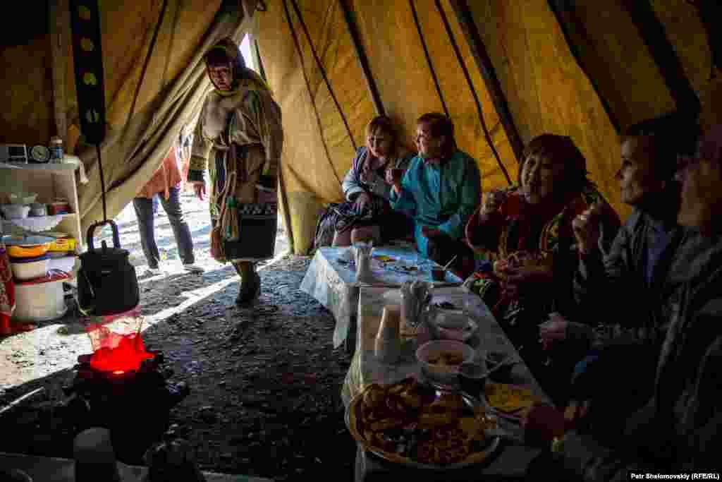 По традиции ненцев, чумом заведует женщина. Именно она охраняет дом, готовит еду и воспитывает детей