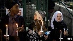 Свечи в память о жертвах массового убийства в Калифорнии 3 декабря 2015 года