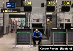 Пассажир в аэропорту Малаги (Испания) 17 марта 2020 года. Фото: Reuters