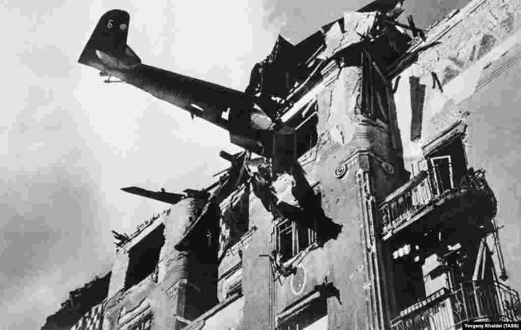Нацистский самолет, врезавшийся в жилой дом в Будапеште, 1945 год