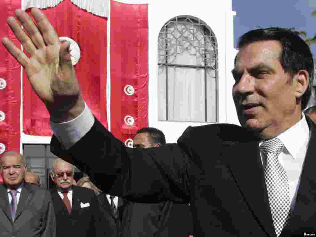 А это – экс-президент Туниса Зин эль-Абидина Бен Али, который со своей супругой бежал в Саудовскую Аравию после первой из революций Арабской весны. Решением суда от 20 июня 2011 года Бен Али был приговорен к 35 годам тюрьмы и штрафу в 40 миллионов евро. Спустя год Военный трибунал Туниса приговорил Бен Али к пожизненному заключению за убийство демонстрантов во время подавлениявосстания в стране. Незадолго до этого, в 2009 году, Бен Алинабрална президентских выборах 89,62% голосов избирателей