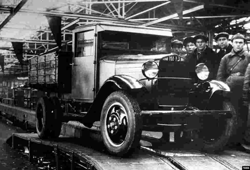 Первый грузовик марки ГАЗ сошел с конвейера в СССР в 1932 году. Тремя годами ранееамериканский промышленник Генри Форд подписал контракт с еще не до конца оперившимся Советским Союзом о создании завода в России. Поэтому ГАЗ можно считать лицензионной копией грузовика Ford