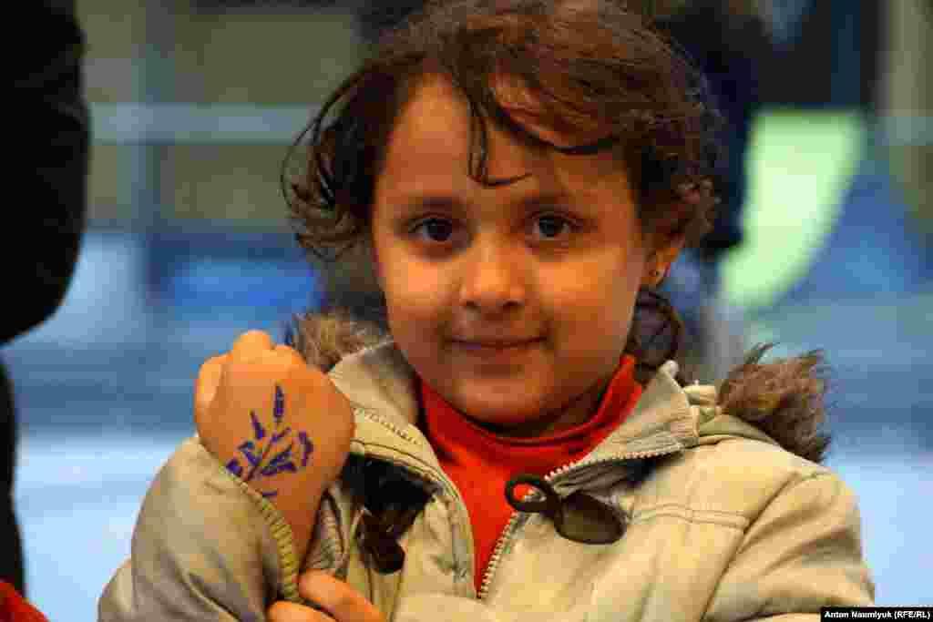 С детьми проводят время отдельно назначенные волонтеры, которые рисуют и занимаются рукоделием вместе со своими подопечными