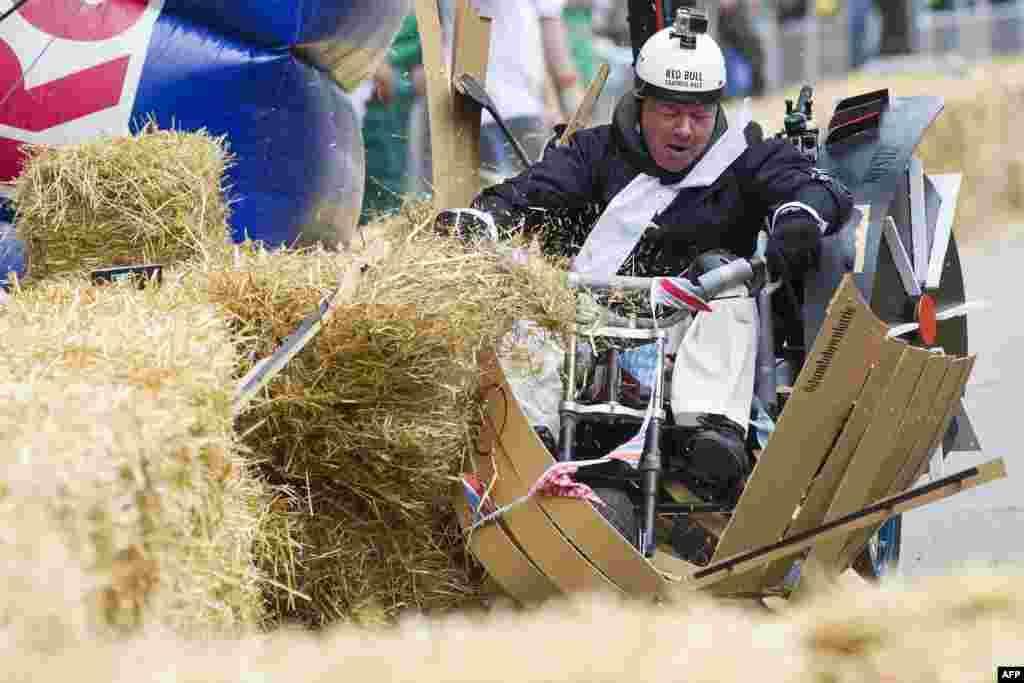 Ограждения на любительской гонке сделаны из сена
