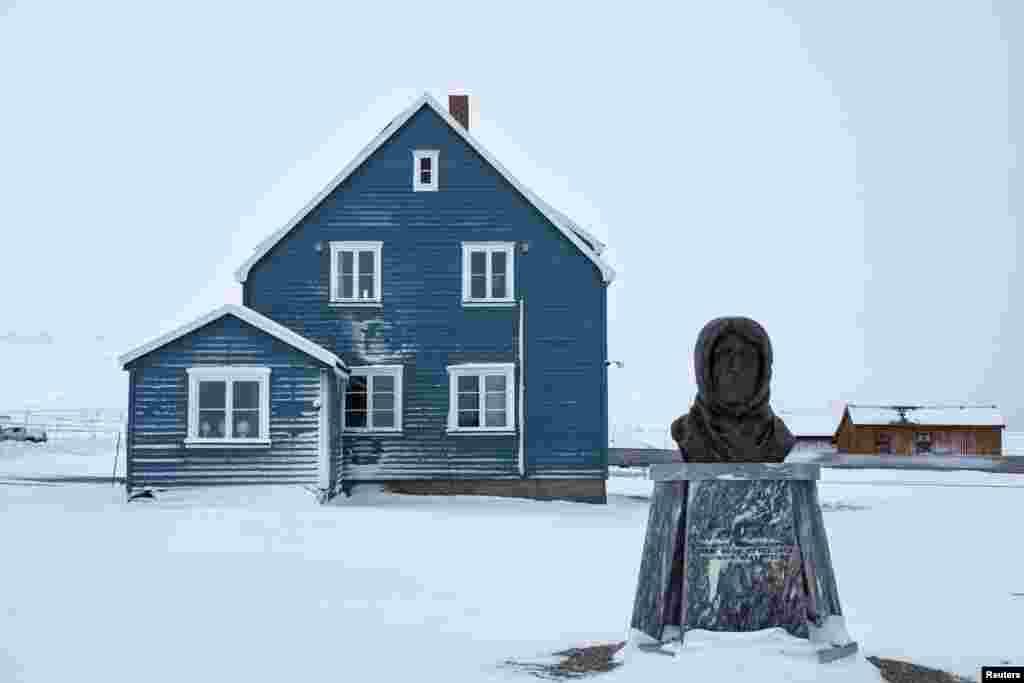"""Город украшает бюст """"Наполеона полярных стран"""" Руаля Амундсена, самого знаменитого норвежского путешественника"""
