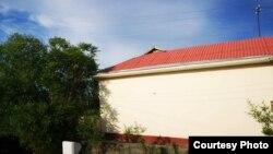 Дом, крыша которого покрашена в красный цвет только с одной стороны. Риштанский район Ферганской области, 2019