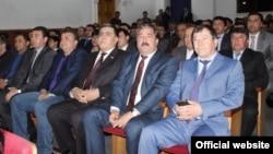 Таджикские милиционеры внимательно смотрят представление в театре в Душанбе