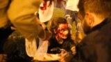 Власти еще днем начали готовиться к возможным протестам в Минске: в город была введена военная техника и дополнительные отряды ОМОНа. К закрытию участков в Минске перекрыли центральные улицы и закрыли станции метро в центре города. Также в Минске и других городах Беларуси весь день выборов &quot;глушили&quot; интернет.&nbsp;<br /> <br /> Демонстранты вечером 9 августа в Минске на проспекте Победителей