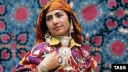 Таджикская женщина в национальном костюме